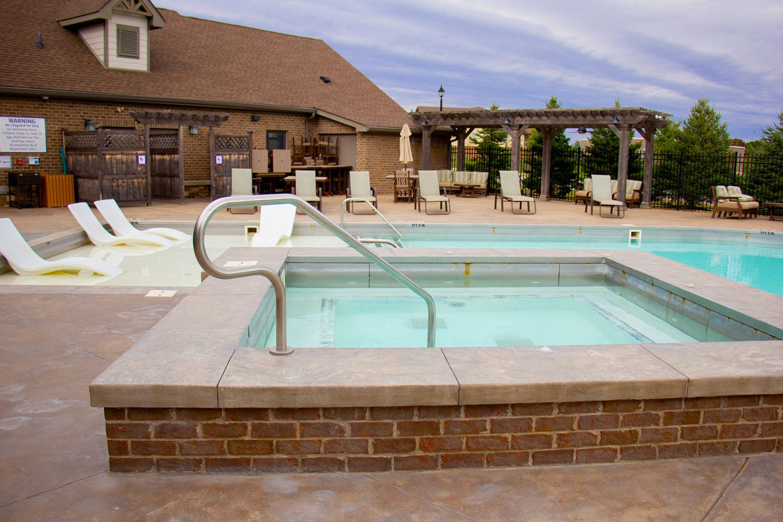Hot tub and pool with grilling station | Amenities Bridgewater Apartments